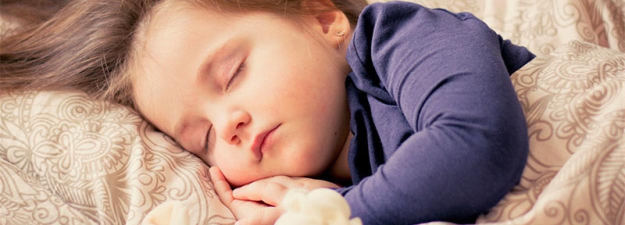 photo d'un enfant qui dort avec l'hypnose
