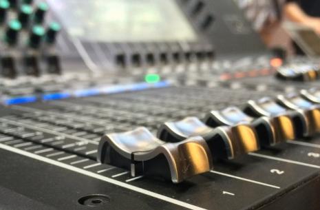photo d une table de mixage représentant la gesion des sous modalités en pnl